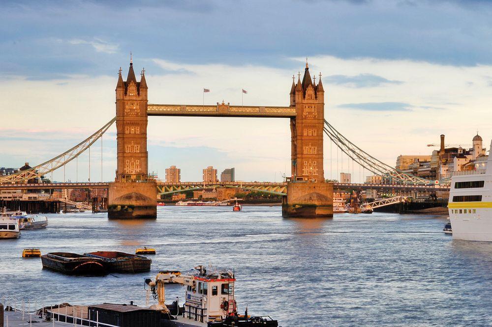 MS Hamburg, Tower Bridge, London